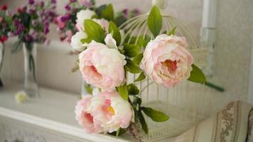 flores y un marco de fotos