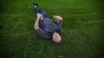 hombre tumbado en la hierba