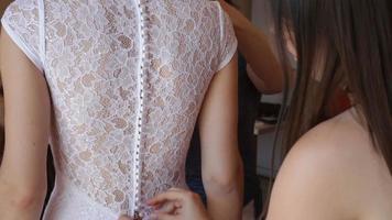 vestido de noiva de botões de dama de honra video