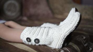 weibliche Beine in gestrickten weißen Socken