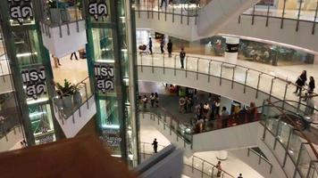 lapso de tempo de pessoas andando em um shopping