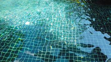 água da piscina ondulante azul
