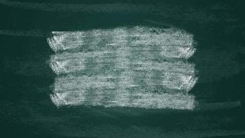 desenhado à mão pinceladas de giz de tinta branca de transição em um quadro-negro verde escuro. video