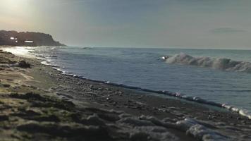 playa de verano y olas al amanecer.