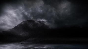 tempesta di fulmini su una montagna
