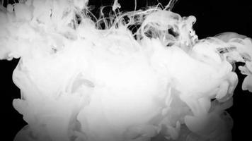 fumaça branca em um fundo preto