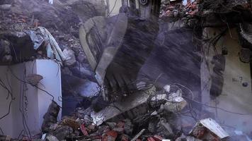 Demolición destruyendo casa antigua con brazo mecánico bulldozer