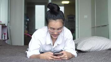 mulher segurando o smartphone, para jogar ou fazer compras online.