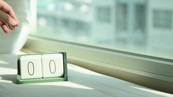 bloco de calendário de madeira branco de mudança manual de 0 para 1 video