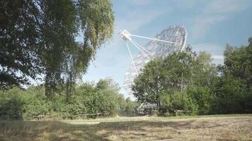 telescopio escondido detrás de los árboles en un día soleado