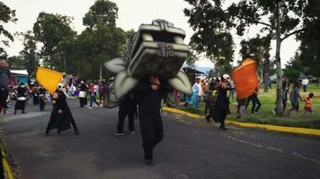 circo urbano com traje de quetzalcoatl no parque g56533 video