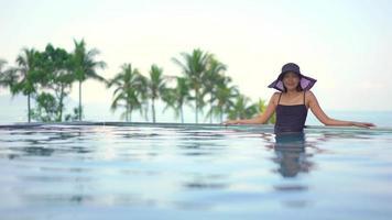 mulher em pé dentro da piscina video