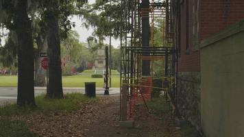 clipe de andaimes em um jardim com um parque ao fundo video
