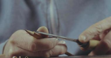 homem aponta lápis