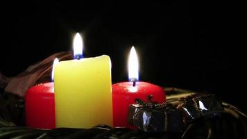 bougies rouges et jaunes et coffrets cadeaux video