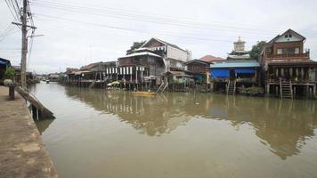 asentamiento comunitario a lo largo del canal amphawa video