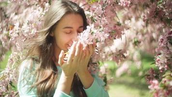 vrouw ruikende bloemen