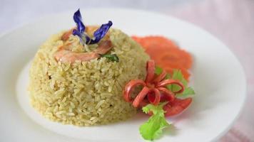 camarão girando arroz frito em um prato branco video