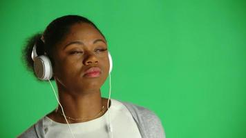 Auscultadores de goma de mascar jovem afro-americana 1