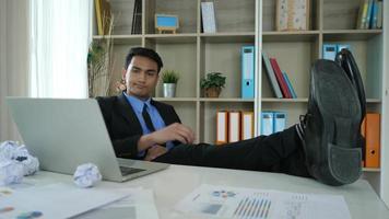 joven cansado y perezoso sentado en la oficina