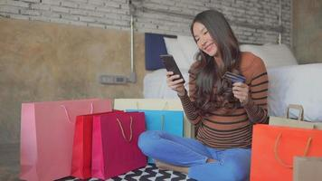 jovem asiática comprando online video