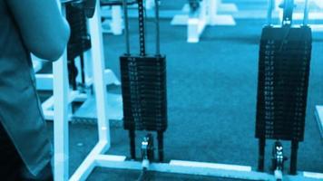 mulher se exercitando com uma torre de peso. mulher de fitness saindo sobre os músculos do núcleo no ginásio cross fit. video