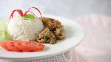 Stir fried squid with basil video