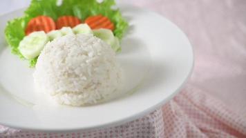 gire o arroz e os vegetais em um prato branco