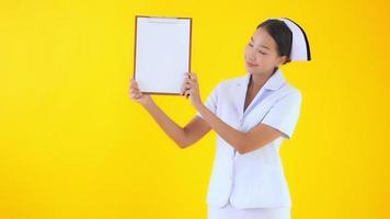 Thaise verpleegster toont leeg bordpapier