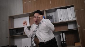 feliz empresário de sucesso dançando no escritório