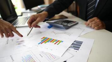 manos de gente de negocios haciendo análisis y planificando un proyecto empresarial en una oficina.