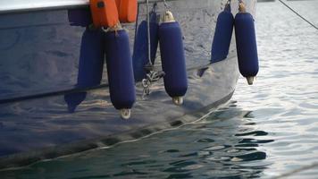 detalhe de um veleiro azul em izmir, foca velha