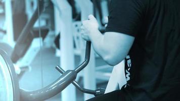 hombre haciendo ejercicio con una torre de pesas. fitness hombre saliendo sobre los músculos centrales en el gimnasio cross fit.