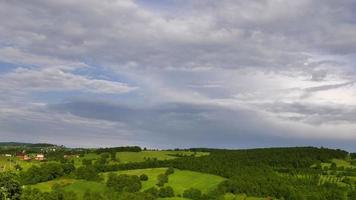 paisagem campo verde e nuvens de chuva