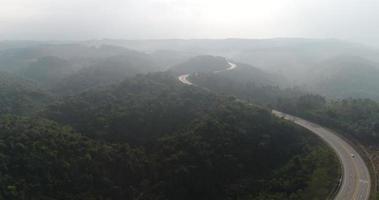 vista aérea da estrada rural na floresta