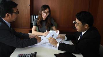 hommes et femmes d'affaires s'engageant dans une dispute sérieuse sur un bureau lors d'une réunion.