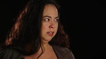 jovem hispânica chateada com raiva emocional 2