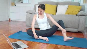 jovem blogueira asiática se exercitando para a câmera video