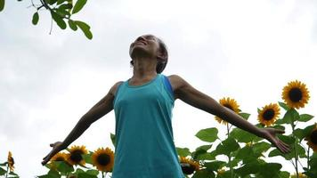 mulher de exercícios levantando mão refrescante no ar