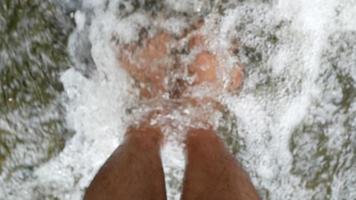 Nahaufnahme von entspannenden Füßen in einem Wasserfall. video