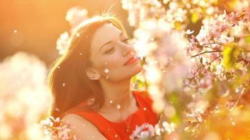 felice giovane donna in giardino