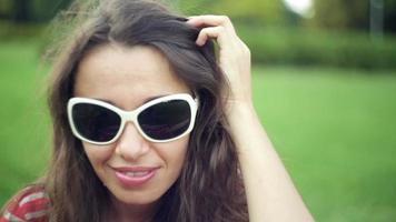 mulher de óculos escuros em um campo de verão