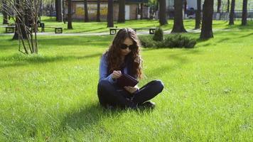 jovem lendo no parque video