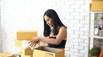 Frau, die Produkte online verkauft video