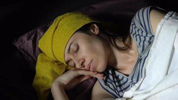 mujer joven enferma yace en la cama