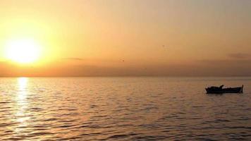 pescatore in una barca al tramonto giallo
