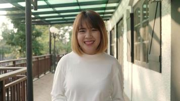 mujer asiática sonriendo a la cámara