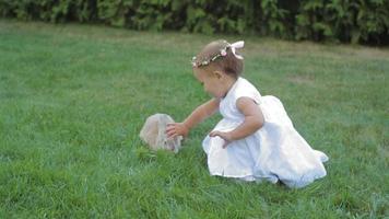 menina brincando com coelho