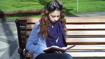 jeune femme lisant dans le parc video