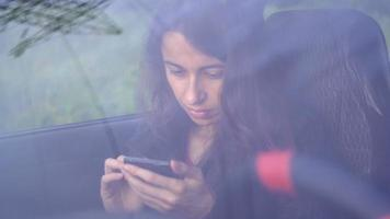giovane donna in auto con lo smartphone video